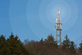 Mobilen knyter kontakt radiosände masten Arkivfoto