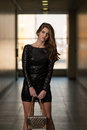 Modelin black dress met lange kokers Stock Foto