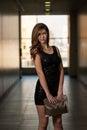 Modelin black dress met lange kokers Royalty-vrije Stock Foto's