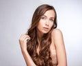 Modello di moda girl portrait con capelli di salto lunghi damerino di fascino Immagine Stock