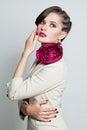 Modelo de forma beautiful woman com penteado da forma Imagens de Stock