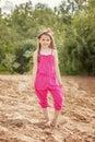 Modelo pequeno bonito que levanta no macacão cor de rosa na praia Foto de Stock Royalty Free