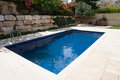 Moderner hinterhof mit swimmingpool Stockbild