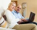 Mogna par för realitet med bärbara datorn Arkivbild