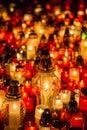 Molti candele brucianti nel cimitero alla notte sulla memoria di occasione del deceduto anime Fotografia Stock Libera da Diritti
