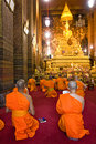 Monks praying at Wat Po,  Bangkok, Thailandia. Stock Photo