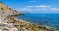 Monte, línea el Mar Negro de la costa y cielo azul Fotos de archivo libres de regalías