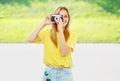 Mooi hipstermeisje van de de zomer zonnig foto met uitstekende retro camera Royalty-vrije Stock Afbeeldingen