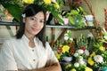 Mooie bloemist op het werk Stock Fotografie