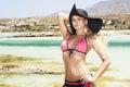Mooie blonde vrouw in hoed op een beach paradise eiland Royalty-vrije Stock Foto's