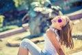 Mooie jonge meisjestiener openlucht gelukkig pre tienermeisje met steunen en glazen de zomer hete dag Royalty-vrije Stock Afbeelding