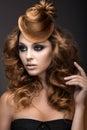 Mooie vrouw met avondsamenstelling en kapsel als glb van haar het gezicht van de schoonheid Stock Afbeeldingen