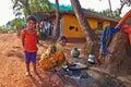 Morjim,果阿,印度 大约  月:在tra打扮的妇女 图库摄影