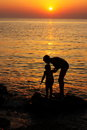 Mother and child sunset wallpaper stock picture silhouettes against sun light on evening sea background Stock Photography
