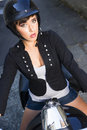 Moto rider attractive female leaves garage dans sordide Photos libres de droits