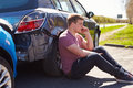Motorista making phone call após o acidente de tráfico Foto de Stock