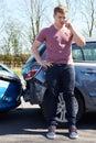 Motorista making phone call após o acidente de tráfico Imagem de Stock