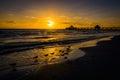 Mouettes et pilier de pêche au coucher du soleil dans le fort myers beach la floride Photo stock