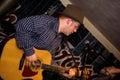 Músico con una guitarra. Foto de archivo libre de regalías