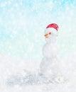 Muñeco de nieve con el sombrero de papá noel en caída de la nieve del invierno Imagenes de archivo