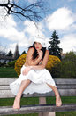 Muchacha bonita que se sienta en el banco. Fotos de archivo libres de regalías