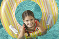 Muchacha con ring in swimming pool inflable Fotos de archivo