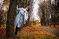 Muchacha hermosa en el igualdad del otoño Foto de archivo libre de regalías