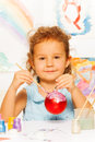 Muchacha que colorea la bola del año nuevo para el árbol de navidad Fotografía de archivo libre de regalías
