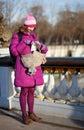 Muchacha turística feliz con el bolso divertido y correspondencia en París Fotografía de archivo libre de regalías