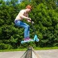 Muchacho adolescente que va aerotransportado con una vespa Imagen de archivo