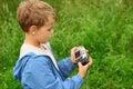 Muchacho con la cámara de la foto al aire libre Fotos de archivo libres de regalías