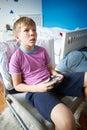 Muchacho que detiene al regulador playing video game Imágenes de archivo libres de regalías