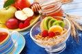 Muesli con las frutas frescas como desayuno de la dieta Imagen de archivo