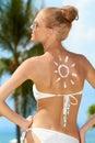 Mujer atractiva en bikini con el dibujo de sun en piel Fotografía de archivo libre de regalías