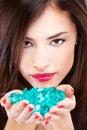 Mujer bonita con las rocas azules Fotografía de archivo