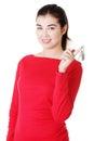 Mujer casual feliz que lleva a cabo las teclas home Imágenes de archivo libres de regalías