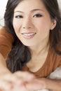 Mujer china asiática hermosa que alcanza a la cámara Imagen de archivo libre de regalías