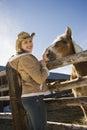 Mujer con el caballo. Foto de archivo