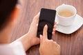 Mujer con el teléfono móvil y la taza Foto de archivo
