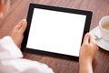 Mujer con la tableta y la taza digitales Fotografía de archivo libre de regalías