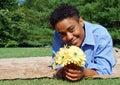 Mujer con las flores 2 del amarillo Fotos de archivo libres de regalías