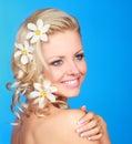 Mujer con las flores en pelo Fotos de archivo