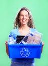 Mujer con un compartimiento de reciclaje Imágenes de archivo libres de regalías