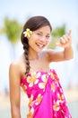 Mujer de la playa de hawaii que hace la muestra hawaiana de la mano del shaka Foto de archivo libre de regalías