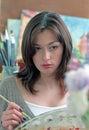 Mujer del pintor en estudio Imagenes de archivo