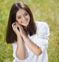 Mujer joven hermosa al aire libre disfrute de la naturaleza Fotografía de archivo