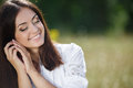 Mujer joven hermosa al aire libre disfrute de la naturaleza Imagen de archivo libre de regalías