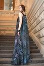 Mujer joven sensual encantadora en vestido muy largo diáfano en las escaleras Imagenes de archivo