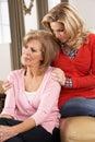 Mujer mayor que es consolada por Adult Daughter Imagenes de archivo