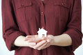 Mujer que detiene a house in palm modelo de la mano Fotografía de archivo